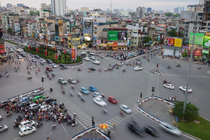 河内,越南- 2016年5月15日:河内都市风景空中地平线视图在交叉点孙德胜st -安格纽的暮色期间之前 库存照片