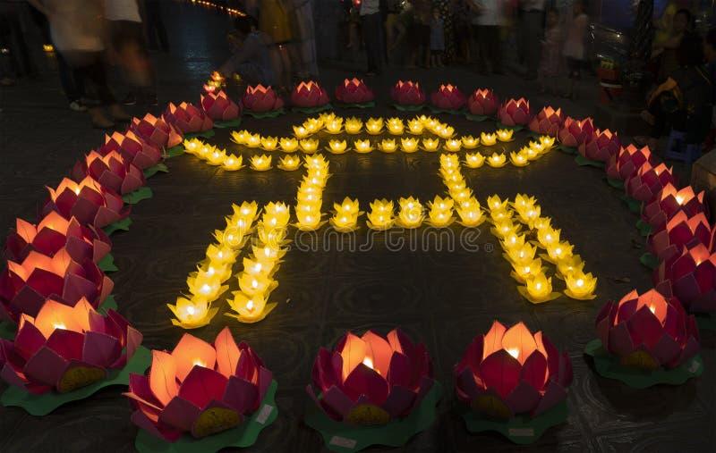 河内,越南- 2014年10月10日:由花诗歌选和色的灯笼做的文学标志寺庙在菩萨` s生日fe 免版税库存照片