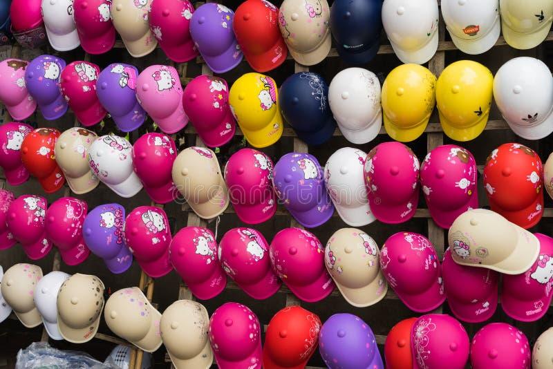 河内,越南- 2015年3月15日:许多上色在销售中的摩托车盔甲在Chua Boc街道上 质量差盔甲是严重的问题  免版税库存照片