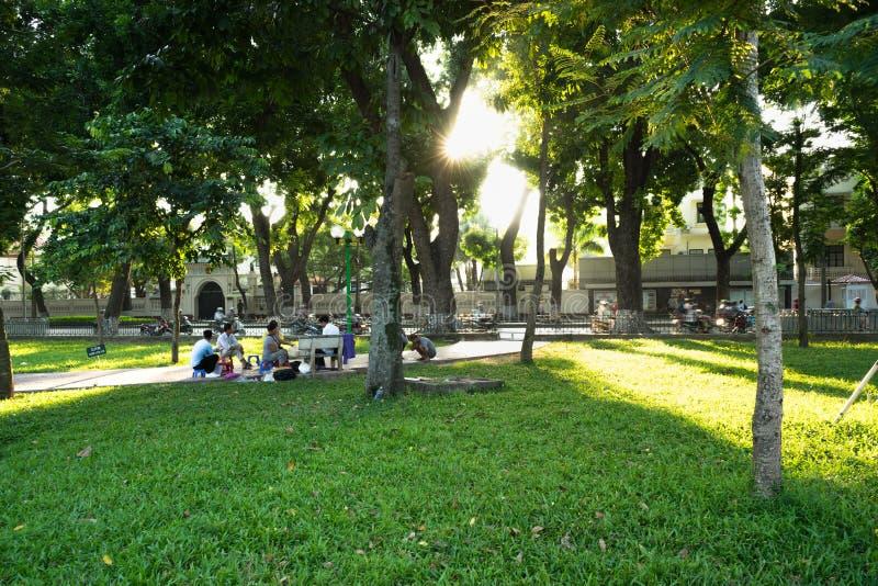 河内,越南- 2016年9月26日:Ba Dinh区、河内市有绿草的和精采阳光的列宁公园 库存照片
