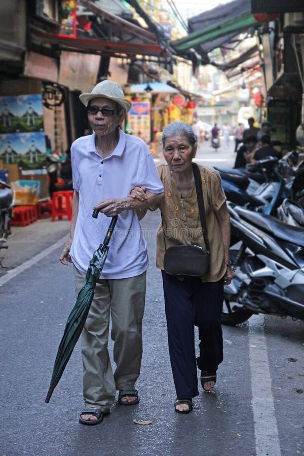 河内,越南- 7月05,2019:一对老夫妇手拉手是和一起走在街道 免版税图库摄影