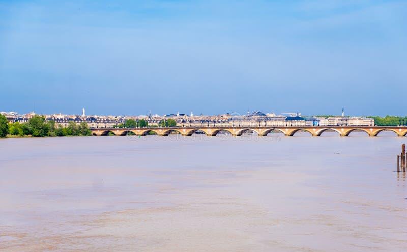 河加龙河和Pont de皮埃尔桥梁,红葡萄酒,法国的看法 库存照片