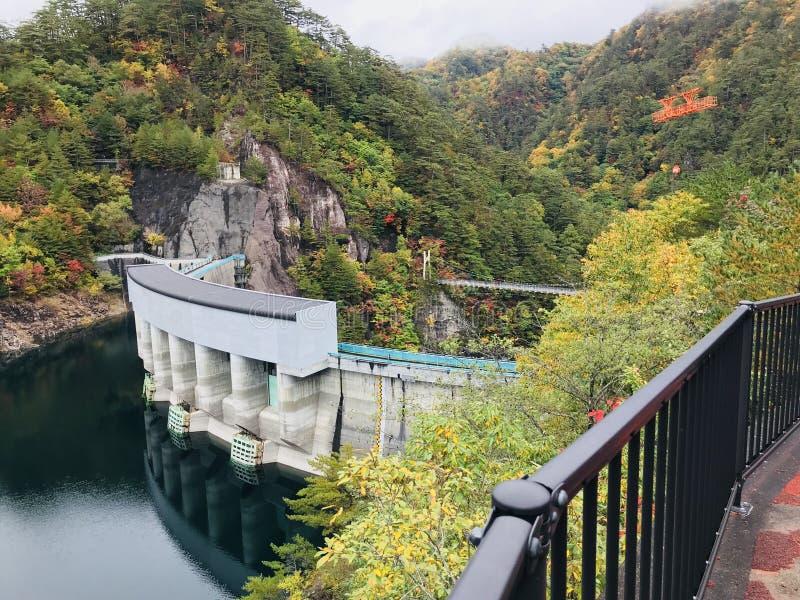 河又在Setoai-kyo峡谷的水坝和吊桥在日本 免版税库存图片