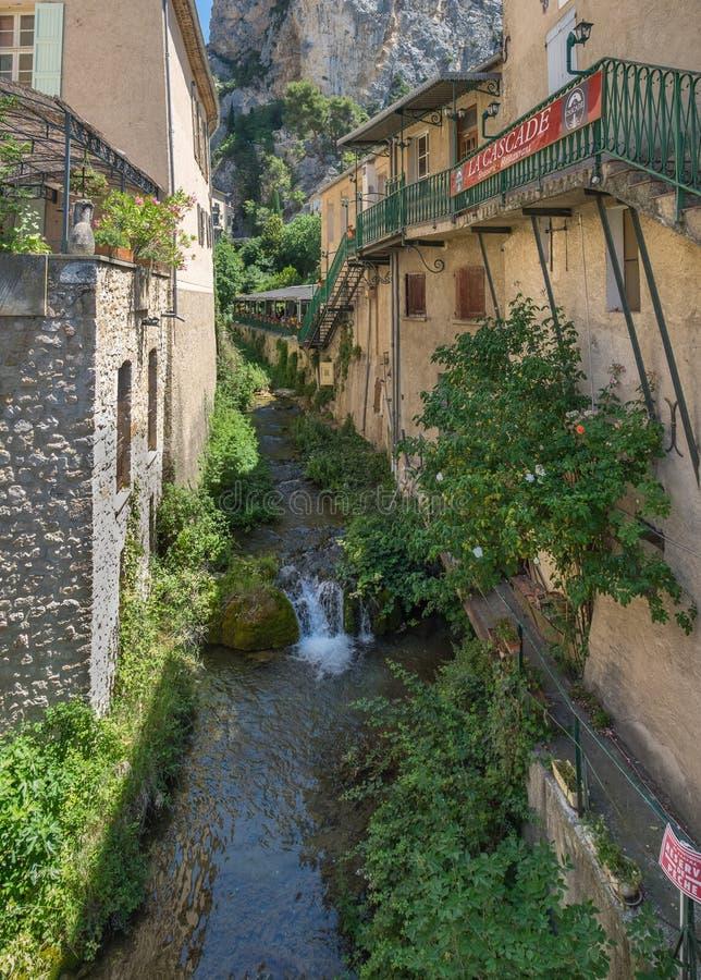 河和小瀑布在使中世纪镇Moustier Sainte玛丽惊奇 免版税库存照片