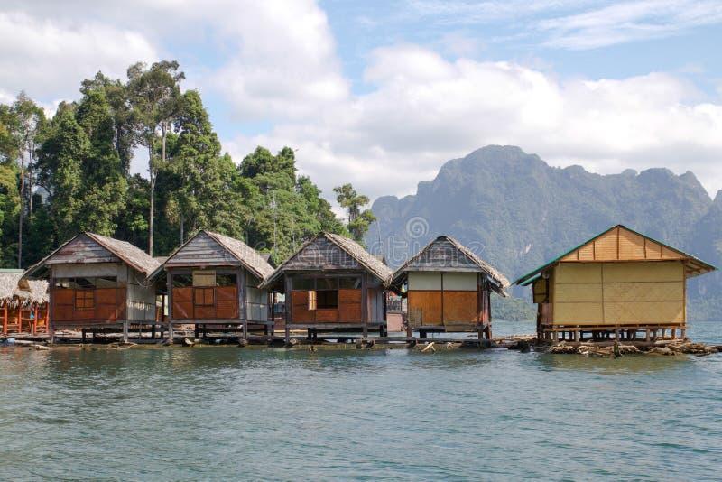 河和山的平房中部 免版税库存照片