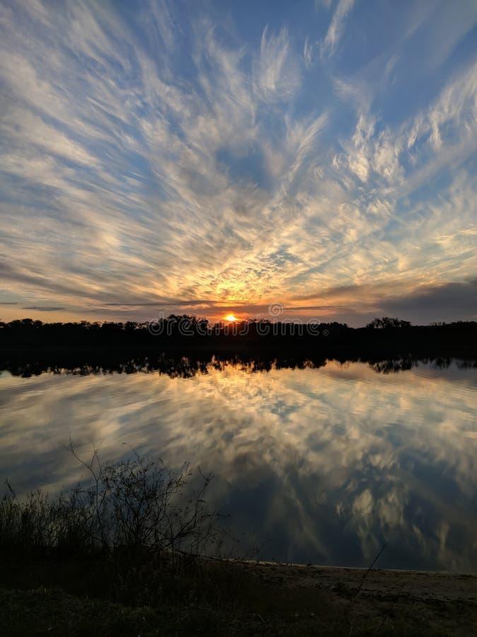 河和日落 免版税库存照片