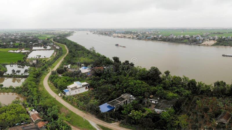 河和村庄路堤堰在一个夏日 库存图片