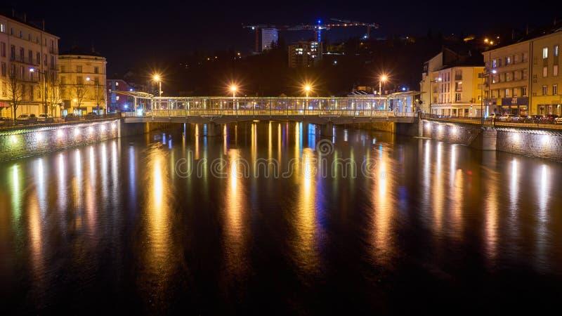 河和桥梁与长的曝光的夜射击 免版税库存图片
