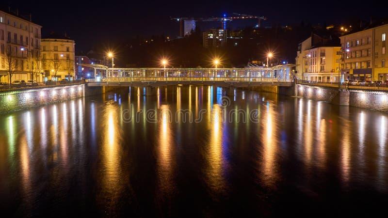 河和桥梁夜射击与长的曝光 图库摄影