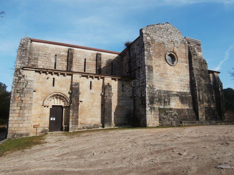 河和森林包围罗马式修道院叫Carboeiro 在加利西亚西班牙西北部 库存图片