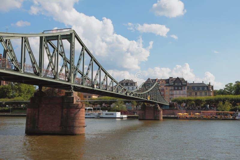 河和步行者铁桥梁 法兰克福德国主要 库存照片