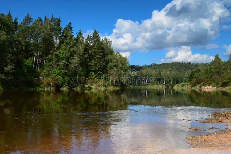 河和通过云彩 库存图片