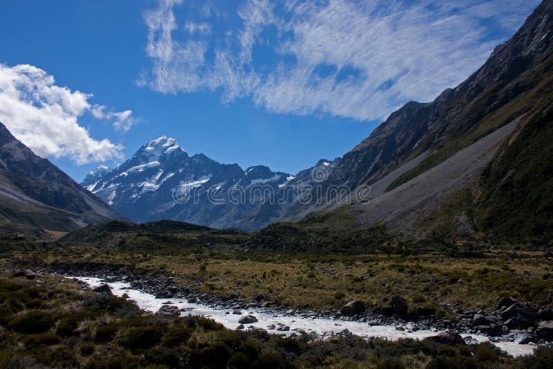 河和Mt 烹调在Aoraki/Mt的谷轨道 在南岛烹调国立公园在新西兰 免版税库存照片