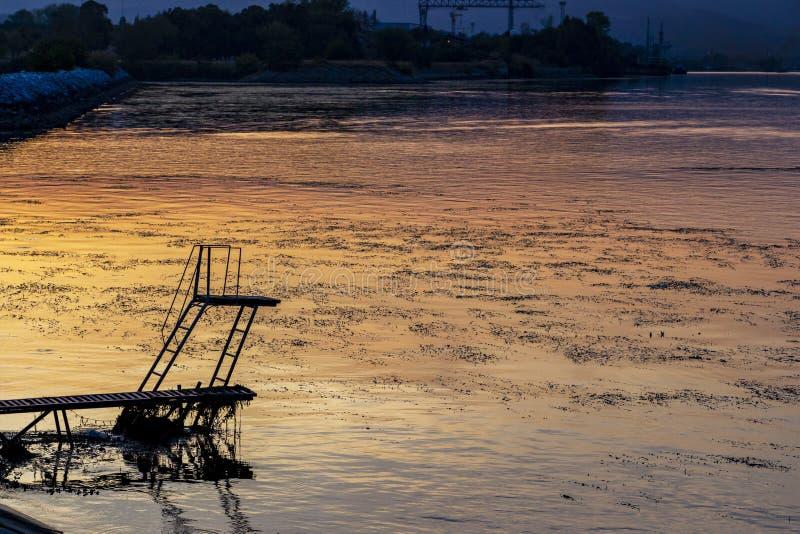 河在克拉多沃,塞尔维亚的跳台 库存图片