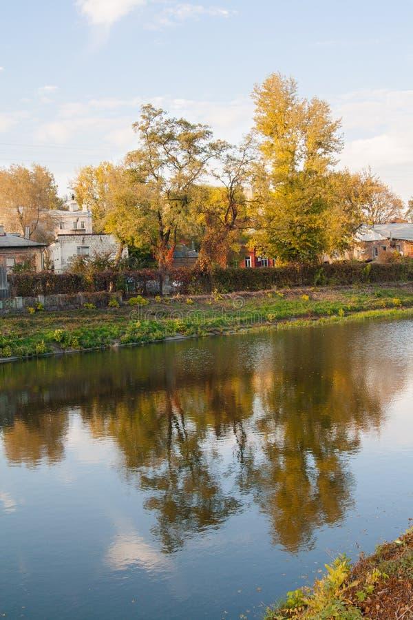 河在城市 免版税库存照片