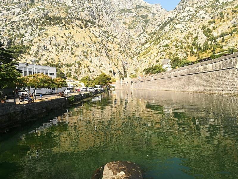 河在山背景中在老镇科托尔 T 免版税图库摄影