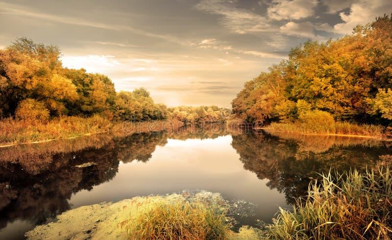 河在秋天 免版税库存照片