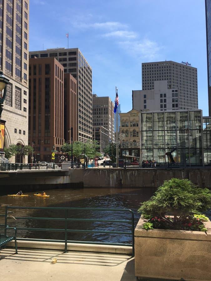 河在街市密尔沃基,威斯康辛,美国 免版税库存图片