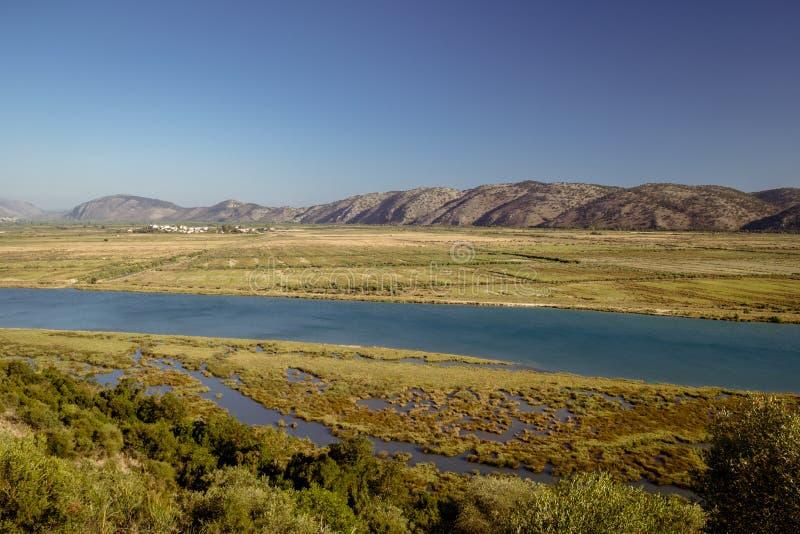 河在阿尔巴尼亚在布特林特堡垒附近的一个晴天 免版税库存图片