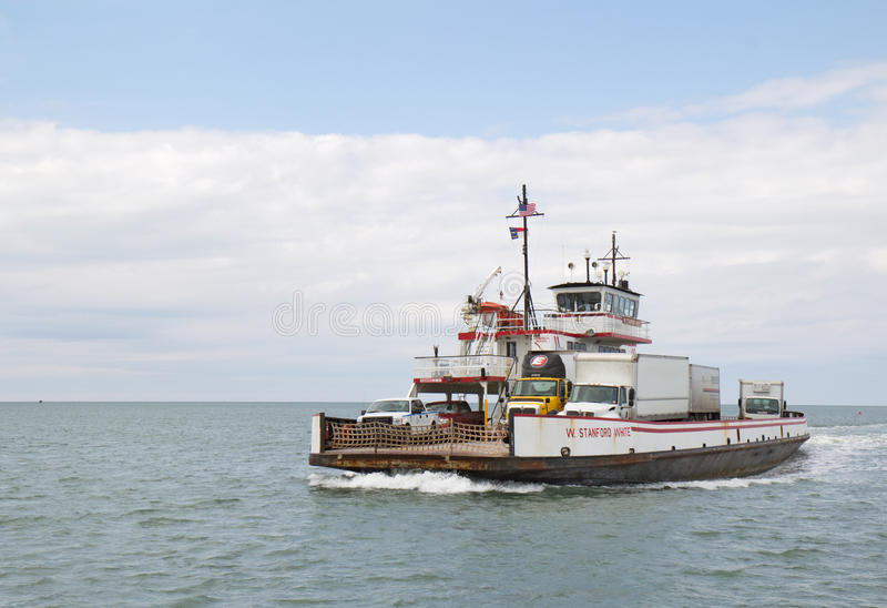 河在Ocracoke和Hatteras海岛之间的类轮渡北部的 免版税库存照片