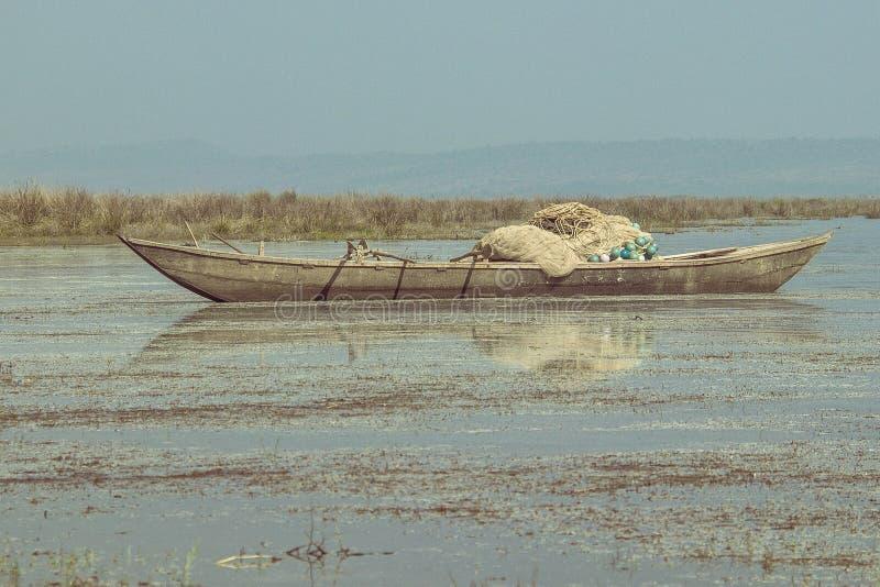 河地方钓鱼的边划船由渔夫 免版税库存图片