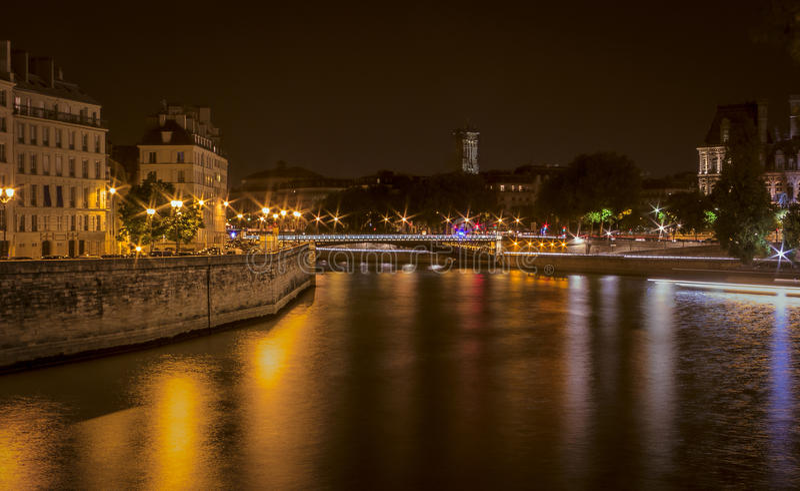 河塞纳河在沿右岸的晚上 免版税库存图片