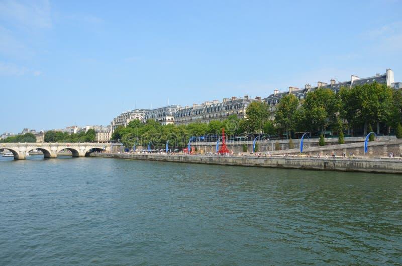 河塞纳河巴黎和红色艾菲尔铁塔 图库摄影