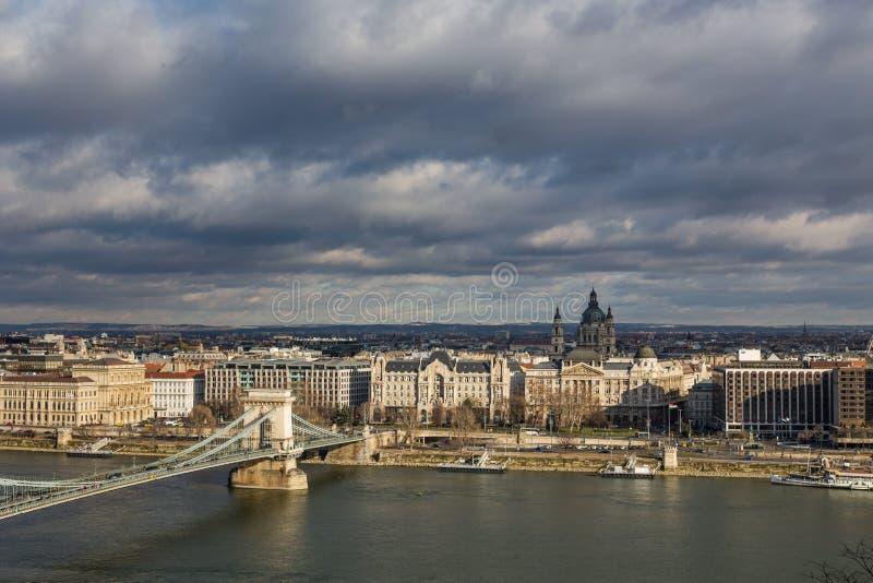 河多瑙河和桥梁的堤防的看法在布达佩斯,匈牙利 库存图片