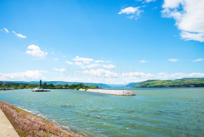 河多瑙河,山,大厦 库存图片