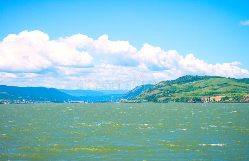 河多瑙河,山,大厦 免版税库存图片