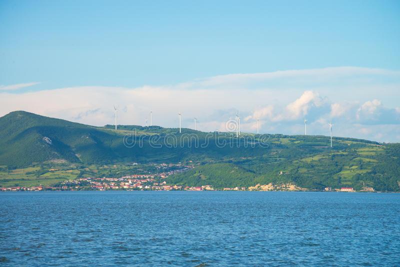 河多瑙河,山,大厦 库存照片