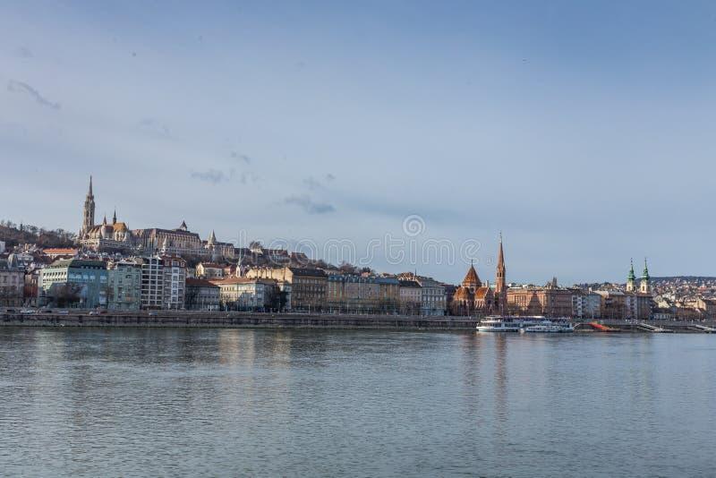 河多瑙河,布达佩斯,匈牙利的堤防的看法 库存图片