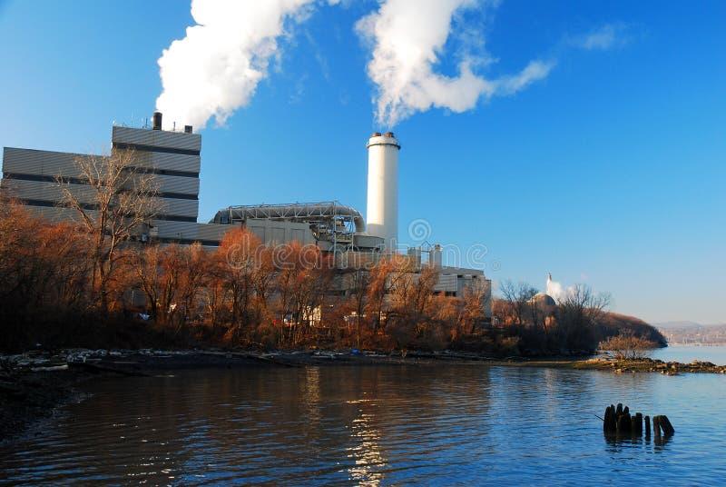 河岸的能源厂 图库摄影