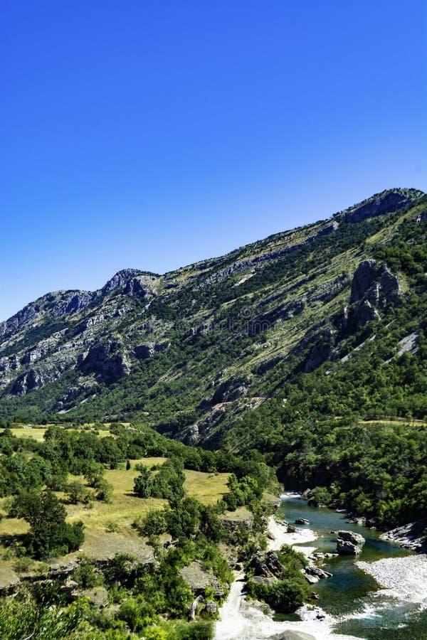河峡谷和陡峭的山峰 库存图片