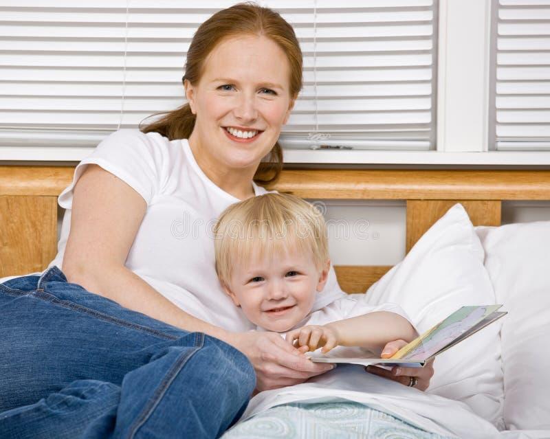 河床上床时间母亲读取儿子故事 库存照片