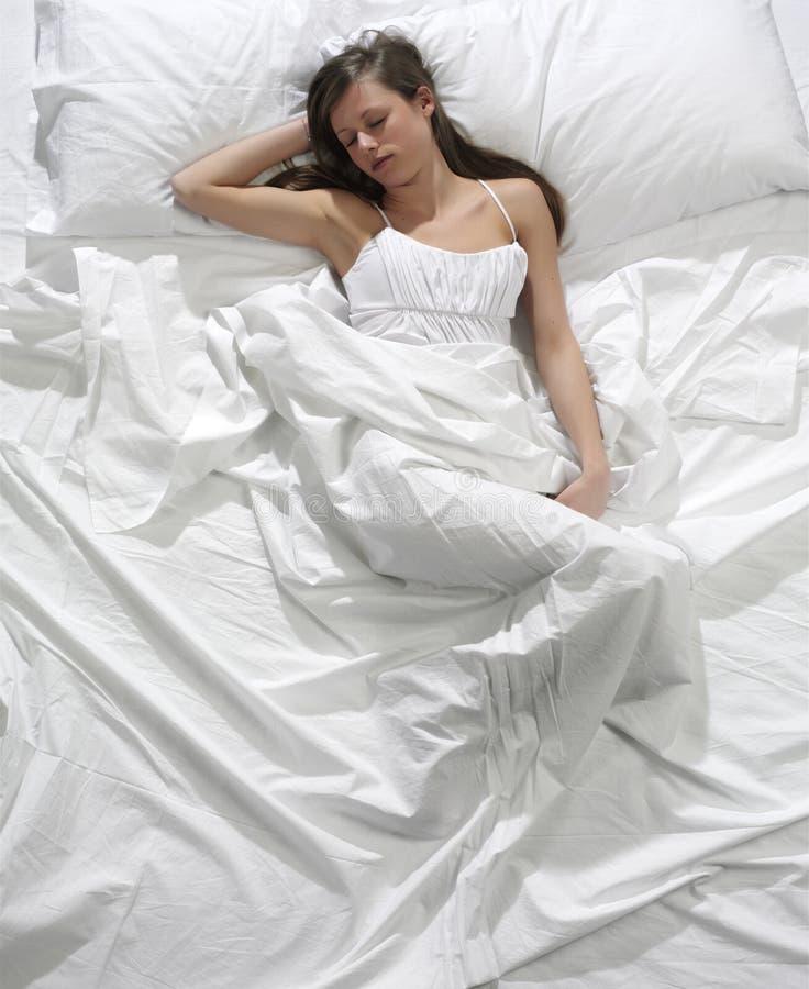 河床休眠的妇女 免版税图库摄影