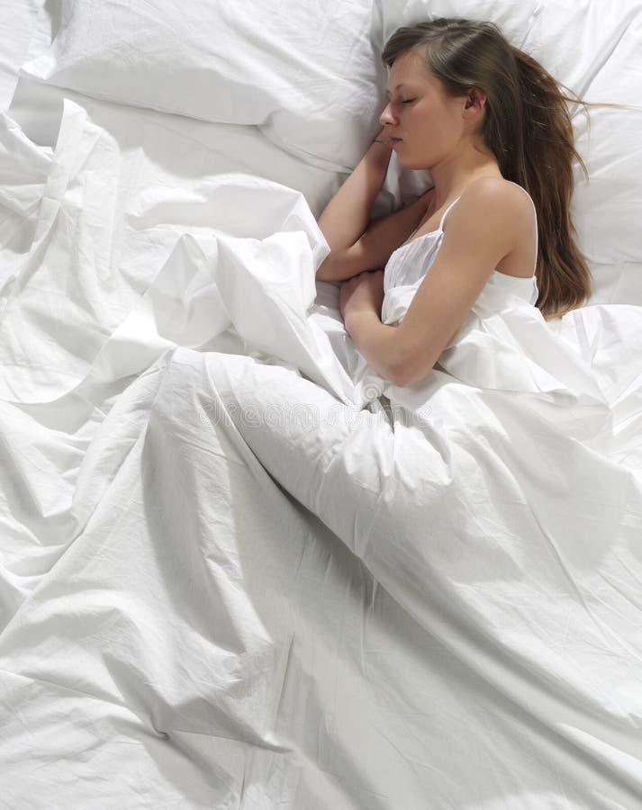 河床休眠的妇女 免版税库存图片