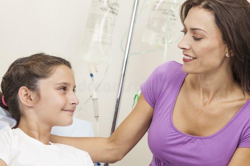 河床女儿医院母亲耐心访问 免版税库存照片