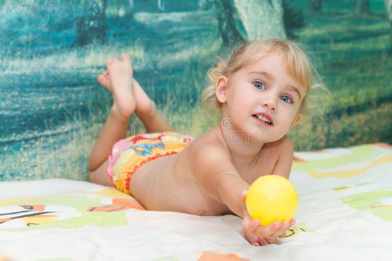 Download 河床女孩使用的一点 库存图片. 图片 包括有 bedaub, 孩子, 谎言, 卷曲, 愉快, 森林, 健康 - 59106373