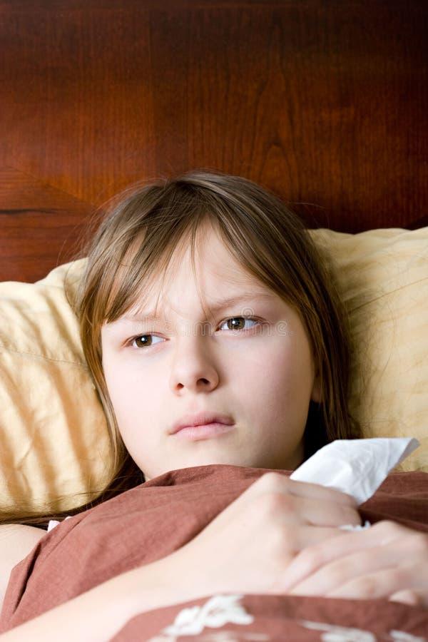 河床流感女孩位于的病的少年 免版税库存照片