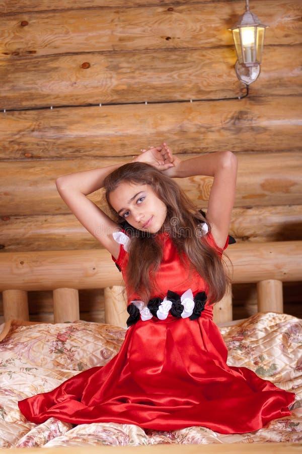 河床礼服女孩红色坐的西班牙语 免版税图库摄影