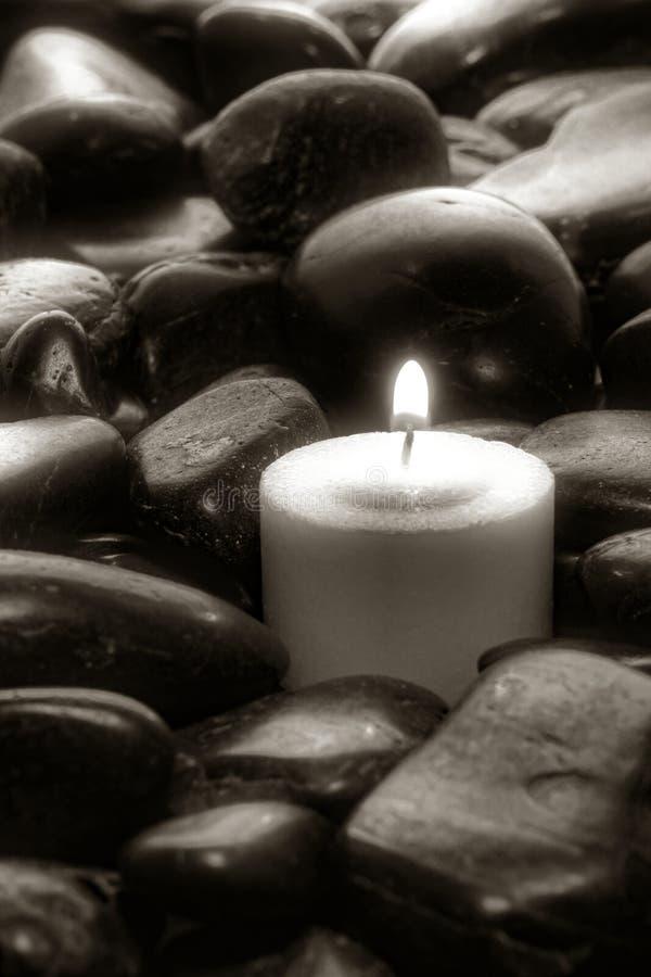河床蜡烛凝思石头 免版税库存照片