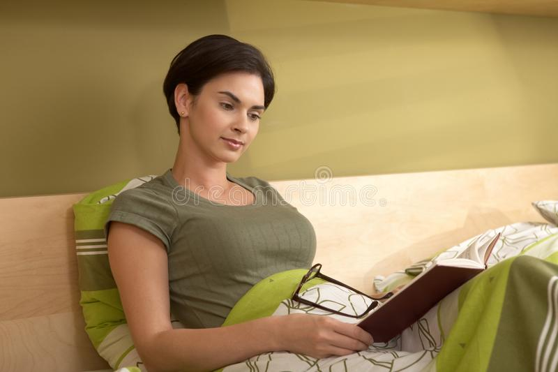 河床读取妇女 免版税库存照片