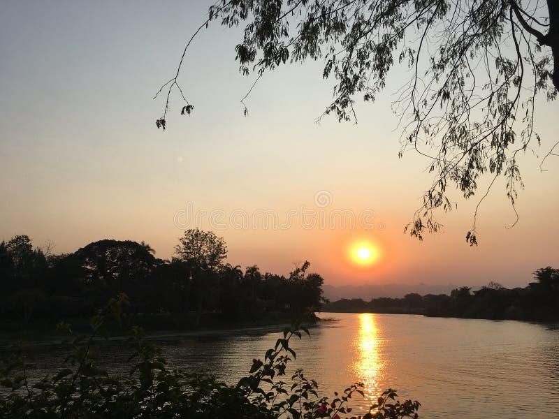 河日落在泰国 免版税库存照片