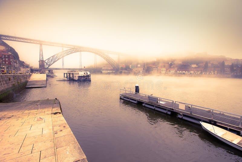 河杜罗河和唐雷斯金属桥梁的看法口岸的 免版税图库摄影