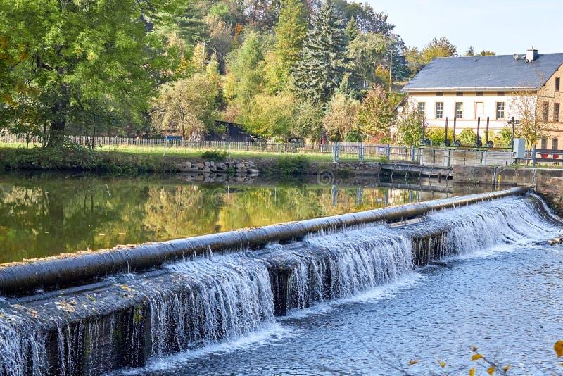 河水坝 河水坝在乡下 自然森林美丽的景色的河  森林河的风景照片 森林 库存图片