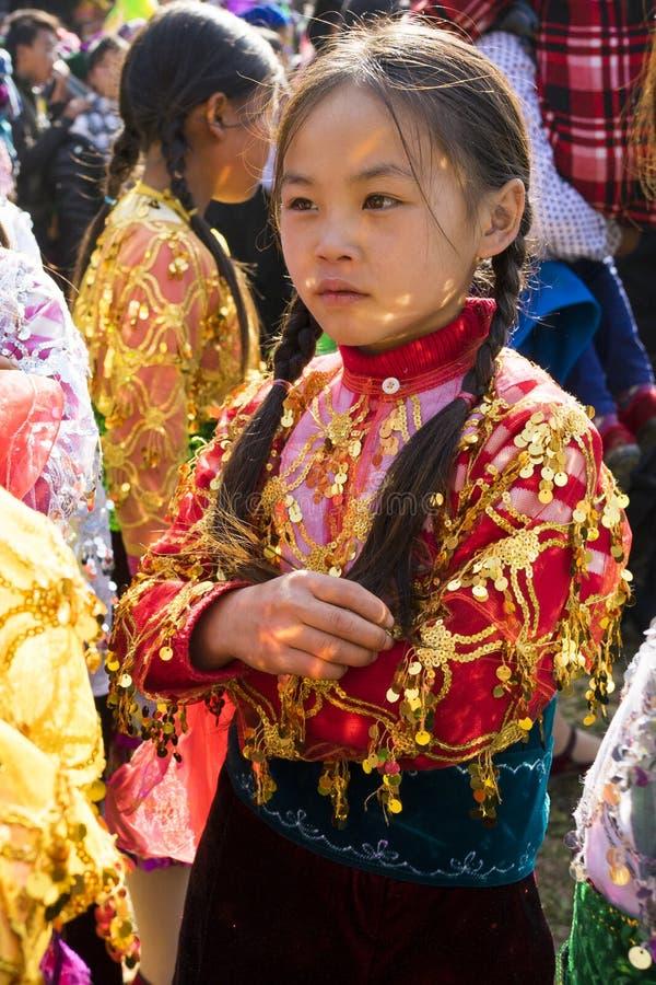 河江市,越南- 2014年2月7日:一件未认出的Hmong小女孩佩带的少数新年传统礼服的画象在fe的 库存图片