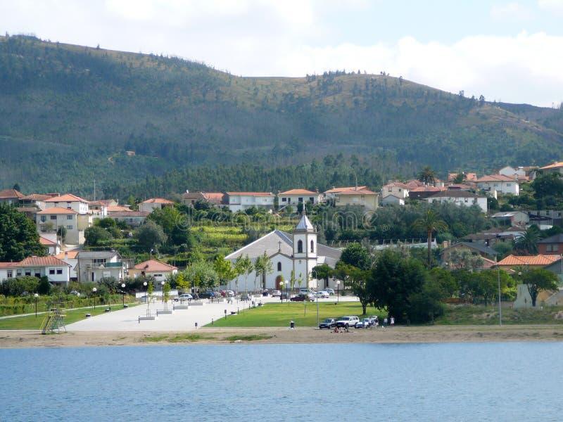 河河岸的教会  库存照片