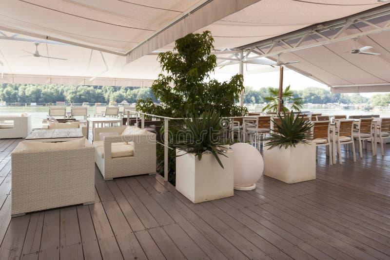 河沿咖啡馆的内部 免版税库存图片