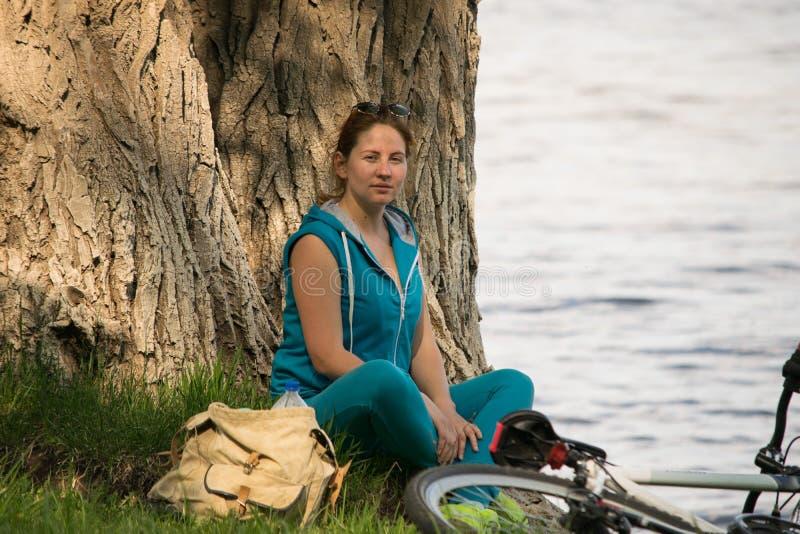 河沿的年轻骑自行车者 库存照片